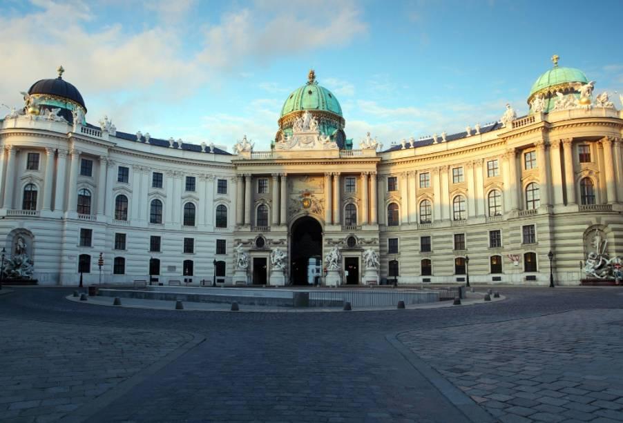 O portão Michaelerplatz dá acesso aos Salões Imperiais de Hofburg e à Escola Espanhola de Cavalaria