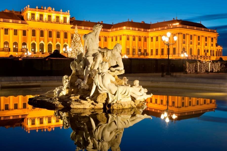 O magnífico Palácio de Verão dos Habsburgos em Schönbrunn é imperdível não apenas por seus quartos bem equipados e jardins amplos, mas também como uma lição de história pura.
