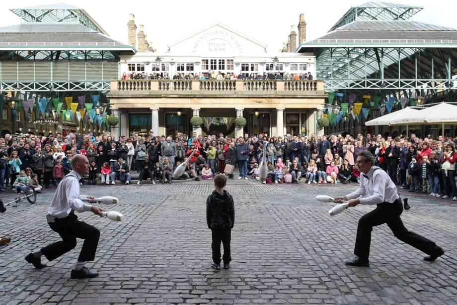 O antigo Pavilhão do Mercado de Covent Garden agora tem um público diversificado em busca de bons restaurantes e bares.  É muito comum os artistas de rua entreterem os transeuntes
