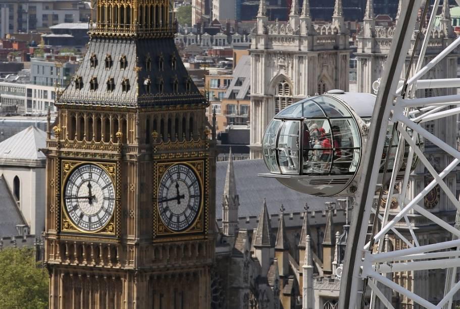 Vista da torre do relógio do Parlamento Britânico com a London Eye em primeiro plano