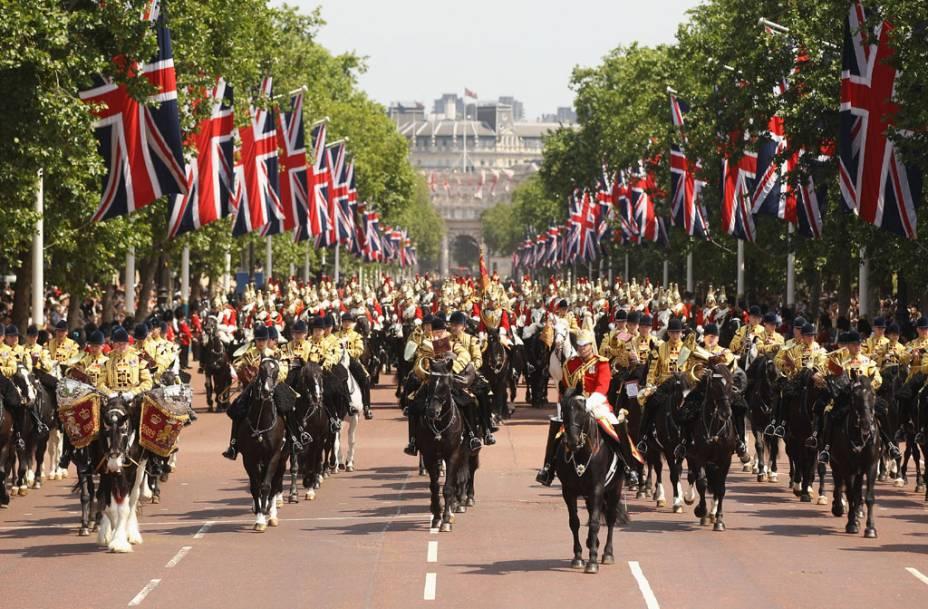 """a <strong>Desfile de cavalariças</strong> no pátio da Cavalaria Real é onde será montada a arena de vôlei de praia durante os Jogos Olímpicos.  Vire à direita em direção ao <strong>Trafalgar Square</strong> Para ver a praça mais famosa de Londres"""" class=""""lazyload"""" data-pin-nopin=""""true""""/></div> <p class="""