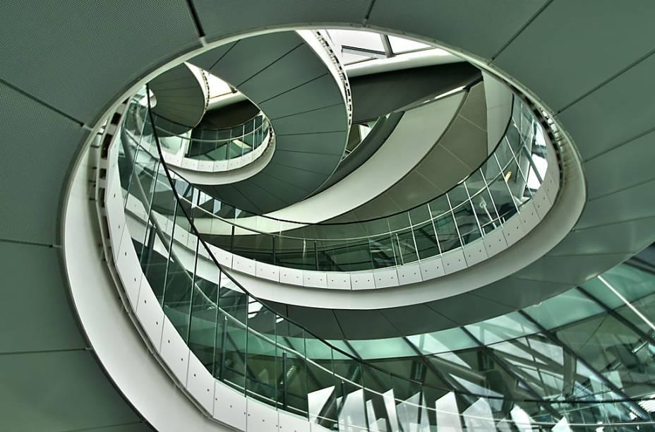 O design moderno do London City Hall, ao lado da London Bridge, é do arquiteto Norman Foster