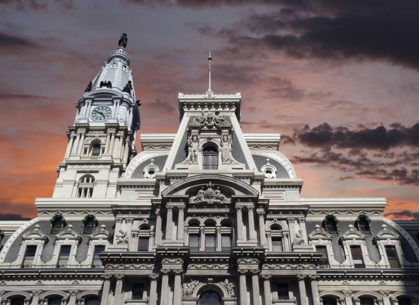 Pôr do sol na Prefeitura de Filadélfia.  O edifício com sua arquitetura versátil e impressionante foi considerado o edifício habitável mais alto do mundo entre 1894 e 1908
