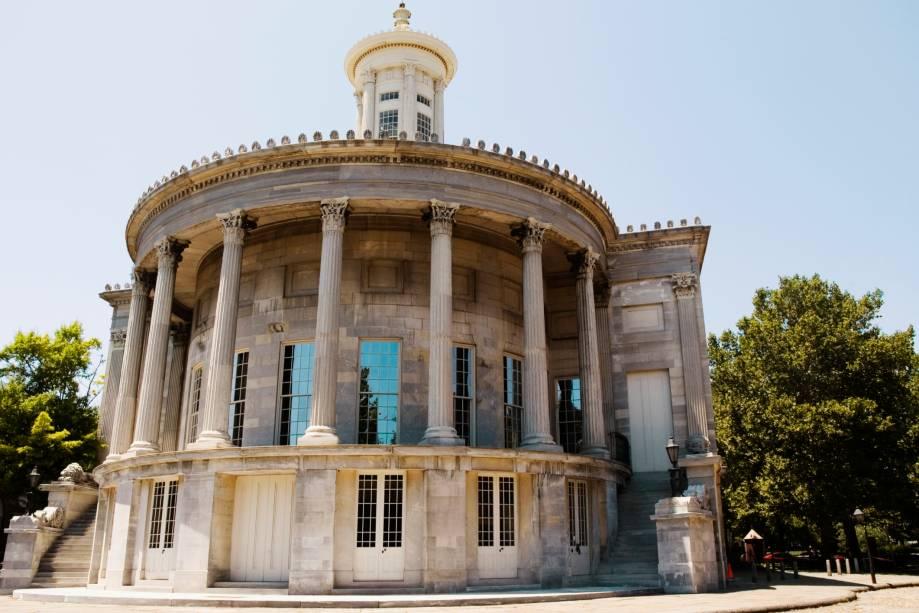 O Merchants Exchange Building é um edifício histórico em estilo grego localizado no bairro da Cidade Velha, uma área onde se concentra a história dos Estados Unidos.