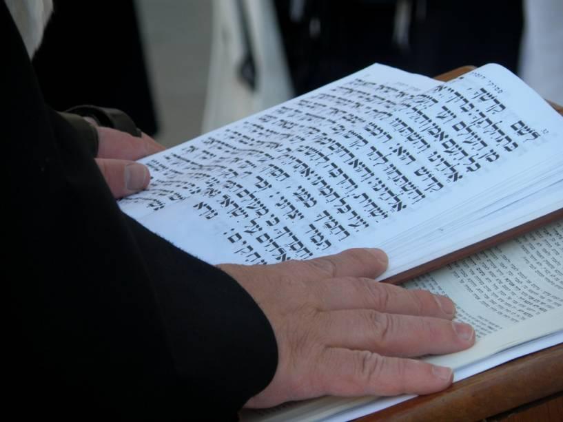 Oração no Muro das Lamentações em Jerusalém