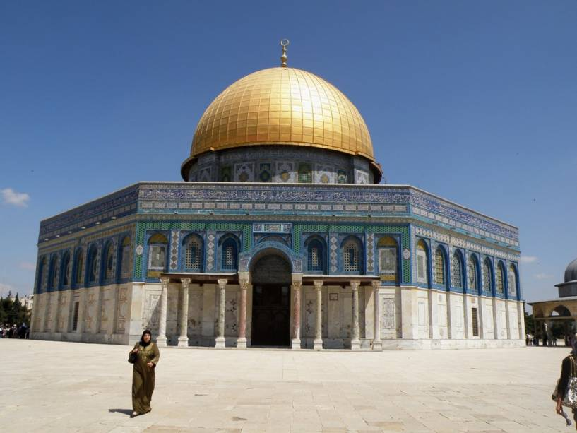 A Cúpula da Rocha em Jerusalém protege o lugar onde a tradição islâmica diz que Maomé ascendeu ao céu.  Ele está localizado exatamente no mesmo lugar que o Segundo Templo Judaico.