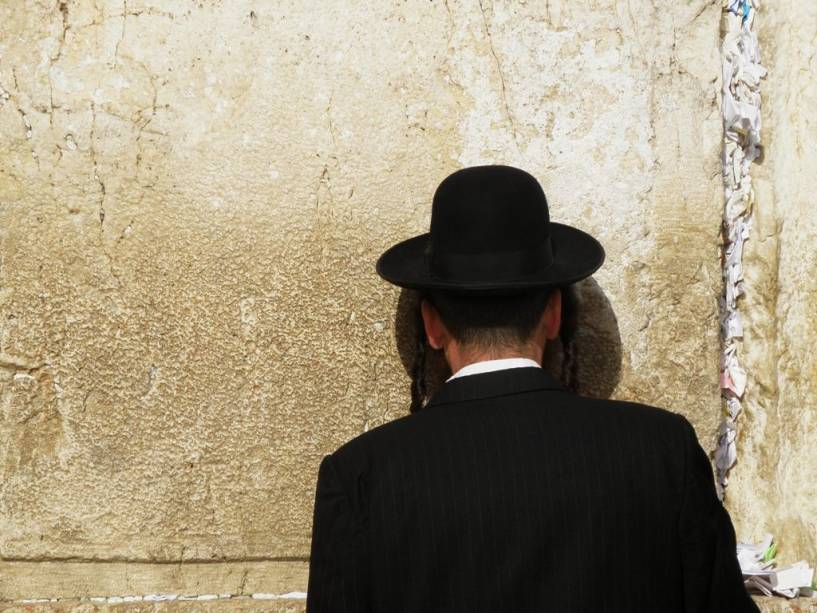 O Muro das Lamentações é o local mais sagrado para os judeus, a única parte sobrevivente do Segundo Templo que foi destruída pelos romanos