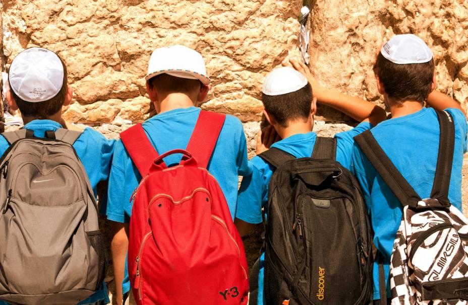 Meninos rezam no Muro das Lamentações em Jerusalém