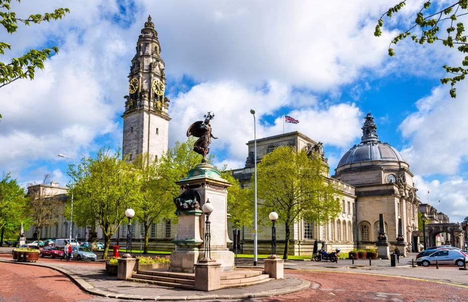 A Prefeitura de Cardiff, construída em 1906, é um edifício magnífico em estilo renascentista que abriga obras de arte, como pinturas e esculturas.  Vários eventos, como casamentos, podem ocorrer aqui
