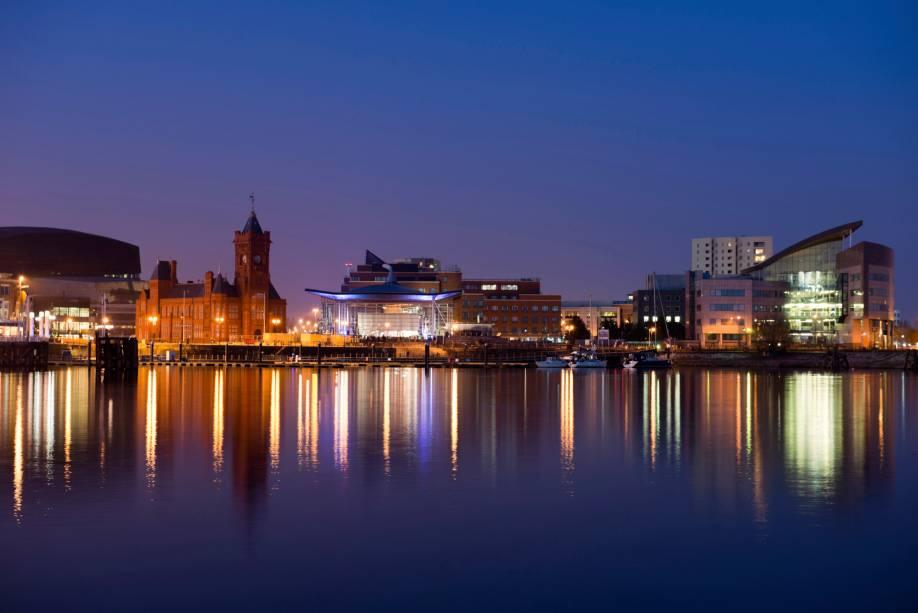 Cardiff é uma cidade portuária considerada a capital mais jovem da Europa.  Há um século, era considerado o porto de carvão mais movimentado do mundo.  Hoje, as atrações turísticas ocupam os antigos cais.  De sua baía você tem uma bela vista da cidade