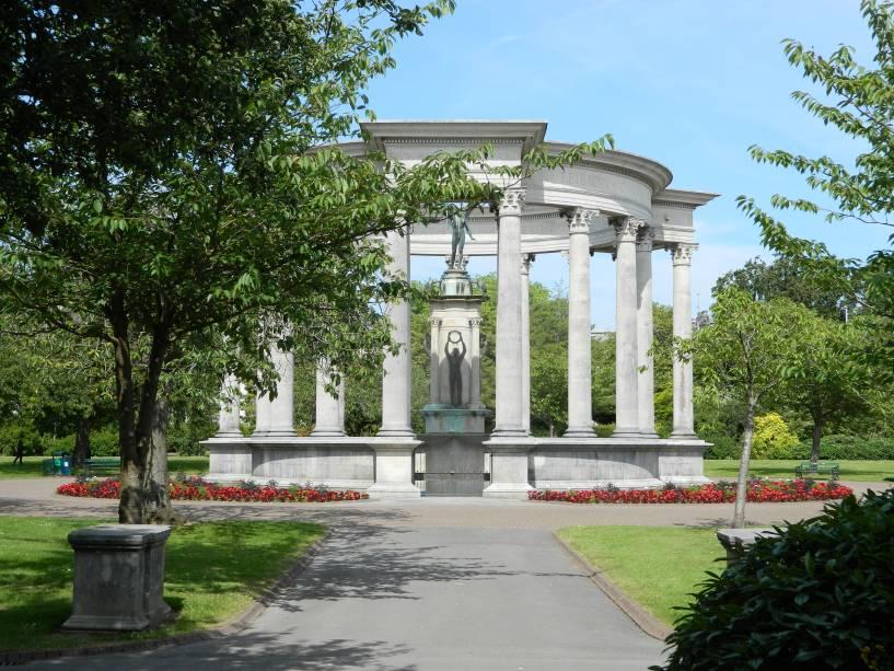Localizado no Cathays Park em Cardiff, o National War Memorial homenageia o povo galês morto na Primeira e Segunda Guerra Mundial