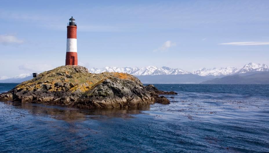 O Farol do Fim do Mundo na Baía do Canal de Beagle leva os marinheiros a Ushuaia.  O canal leva o nome do navio com o qual o naturalista inglês Charles Darwin navegou na área em 1832