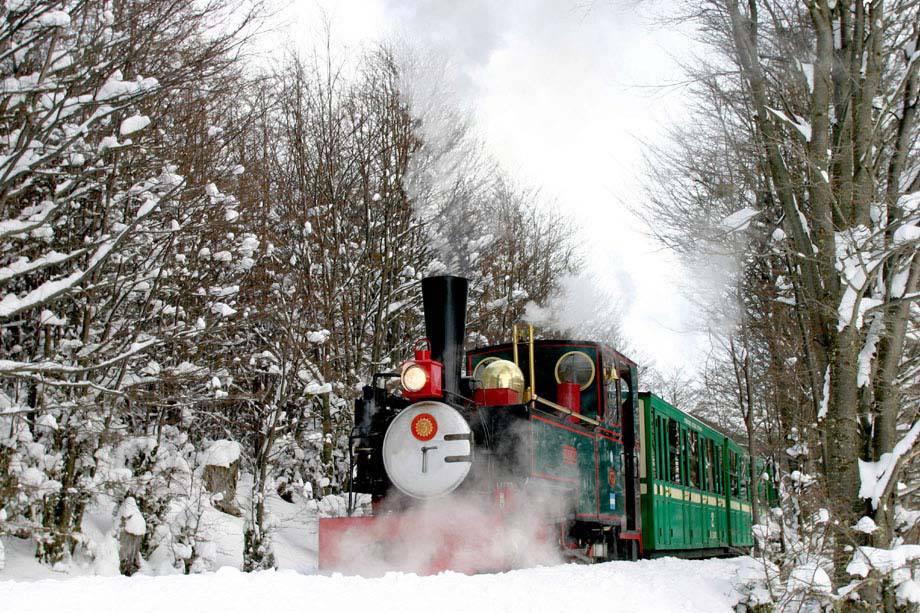 O comboio turístico do Fim do Mundo passa pelos vales e montanhas do Parque Nacional da Terra do Fogo