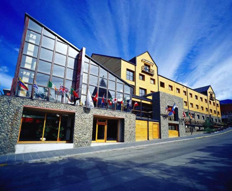 O Albatros Hotel cinco estrelas está localizado em frente ao Canal de Beagle.  Possui spa e um dos restaurantes mais bonitos da cidade, o Gustino
