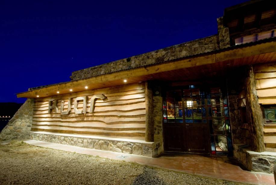 O restaurante e bar Kuar combinam pedra aconchegante e decoração em madeira.  O cardápio inclui peixes como truta, salmão e robalo