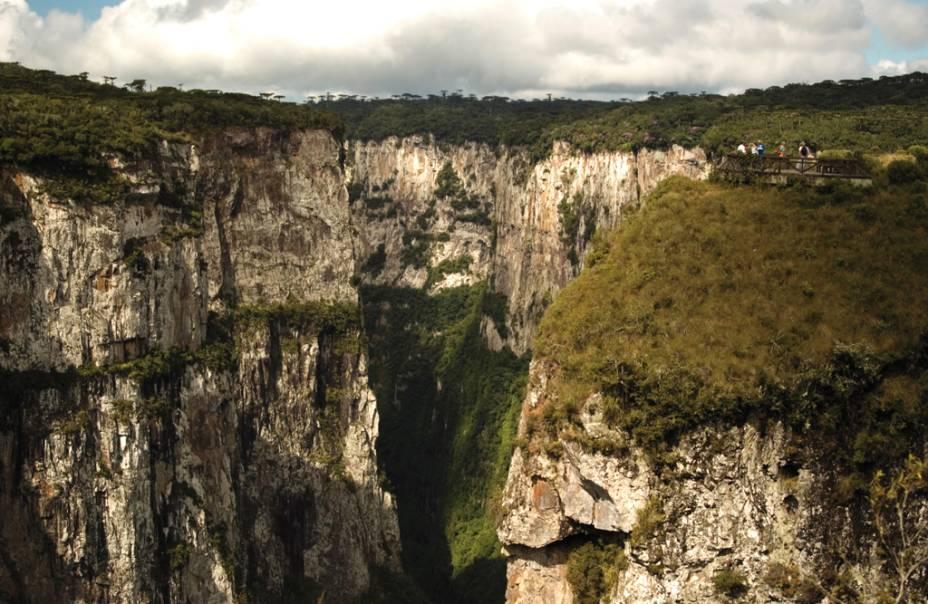 A principal atração do Parque Apardos da Serra, que impressiona o cânion do Itaimbezinho, são paredes gigantescas com 720 m de profundidade e 6 km de extensão.