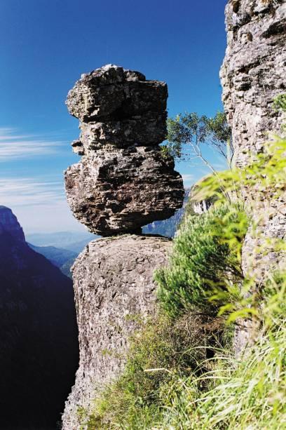 A Pedra do Segredo fascina os turistas que se perguntam como uma pedra de 5m de altura pode se equilibrar em uma base tão pequena
