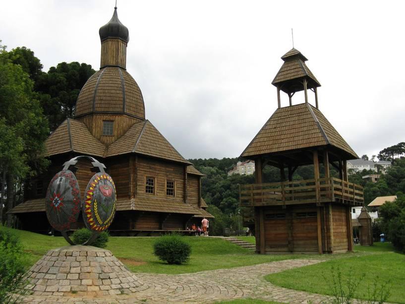 """<strong>Parque Tingui:</strong> pequeno, com ciclovia, floresta e monumento ucraniano (terça a domingo das 10h00 às 18h00), com uma réplica de uma igreja ortodoxa eslava.  Na típica oficina artesanal, observe os ovos pintados à mão, as pssankas.  Avenida Fredolin Lobo (Pilarzinho) funcionando 24 horas"""" class=""""lazyload"""" data-pin-nopin=""""true""""/></div> <p class="""