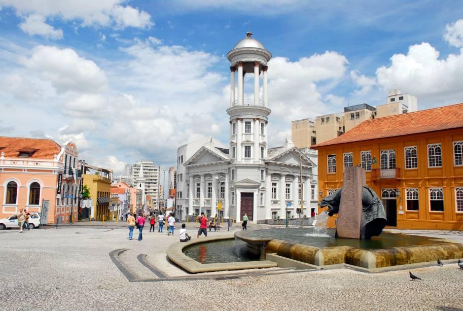 O centro histórico de Curitiba possui igrejas antigas, centros culturais, museus, galerias de arte e bares e restaurantes próximos