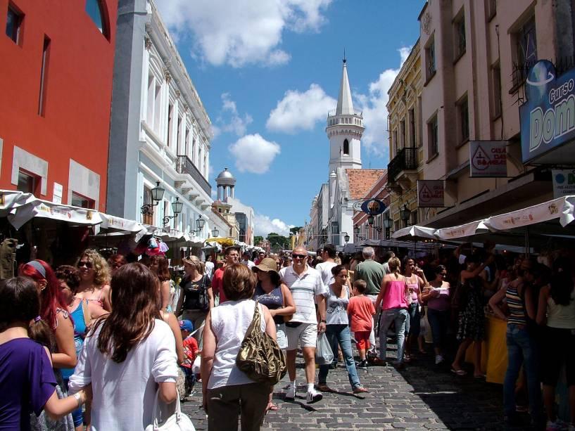 A feira do Largo da Ordem tem centenas de barracas de artesanato e antiguidades alinhadas da Praça Garibaldi à Rua Barão do Serro Azul