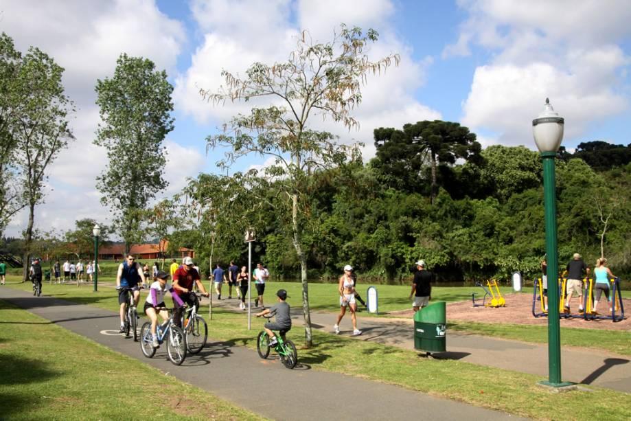 O Parque Barigui é a principal área de lazer de Curitiba com churrasqueiras, quiosques, salão de exposições, museu do automóvel e ampla área verde