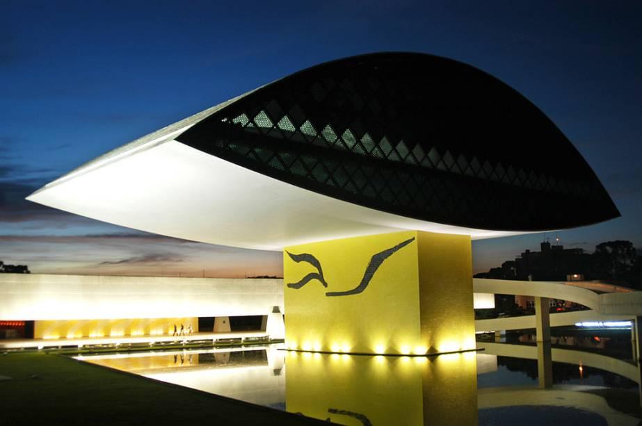 """Desenhado por Oscar Niemeyer, o """"Museu dos olhos"""" tem uma coleção de obras contemporâneas e exposições temporárias"""