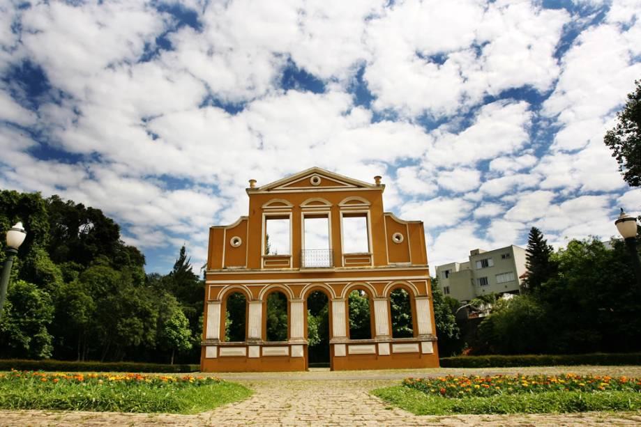 O Bosque Alemão com sua mata nativa abriga sala de concertos, pavilhão, biblioteca infantil e praça da cultura alemã