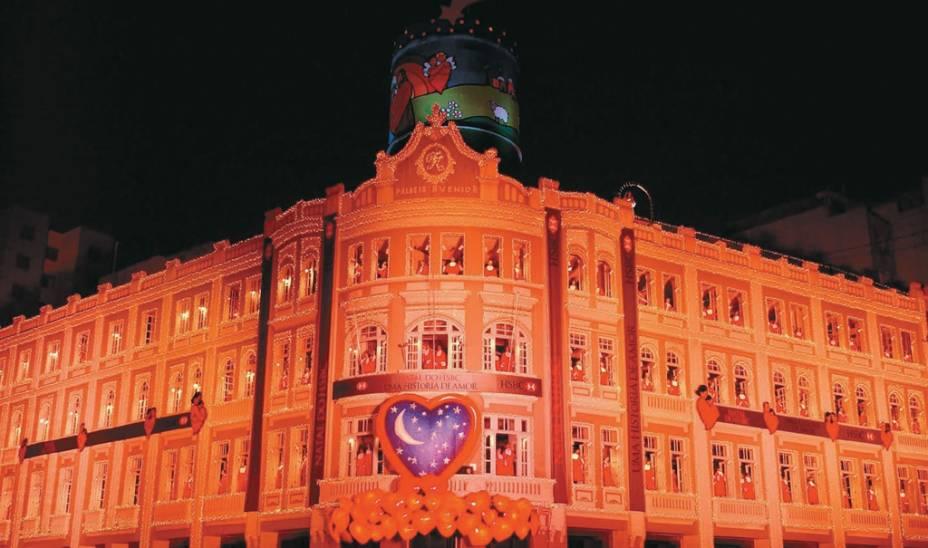 Em dezembro, o Avenida Palace, um prédio de 1929, é iluminado por cerca de 100.000 lâmpadas e recebe coros infantis