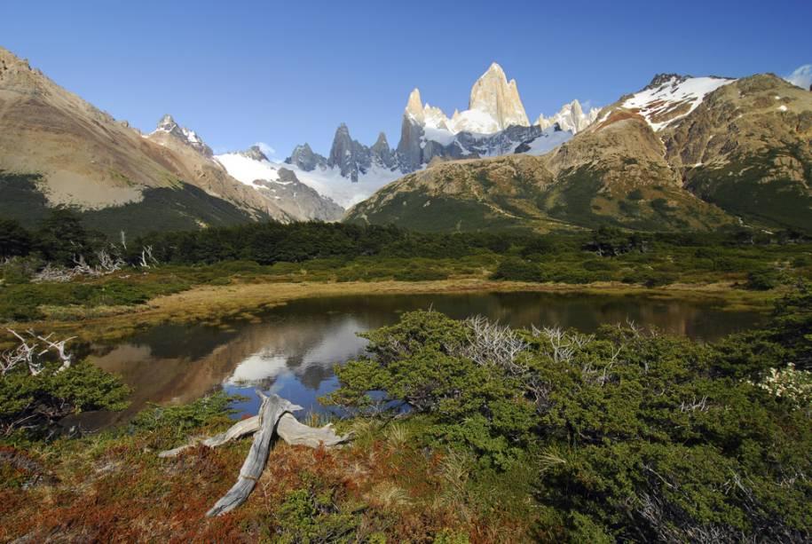 Várias trilhas levam ao Monte Fitz Roy, um gigante de 3.405 metros de altura cujo cume parece perfurar o céu