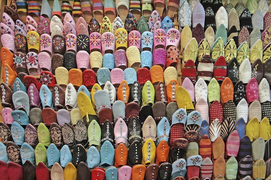 No mercado da cidade, os vendedores exibem centenas de pares de sapatos típicos