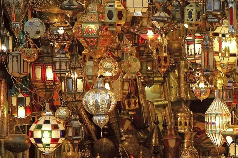Lâmpadas árabes típicas são expostas no mercado da cidade e alegram os turistas