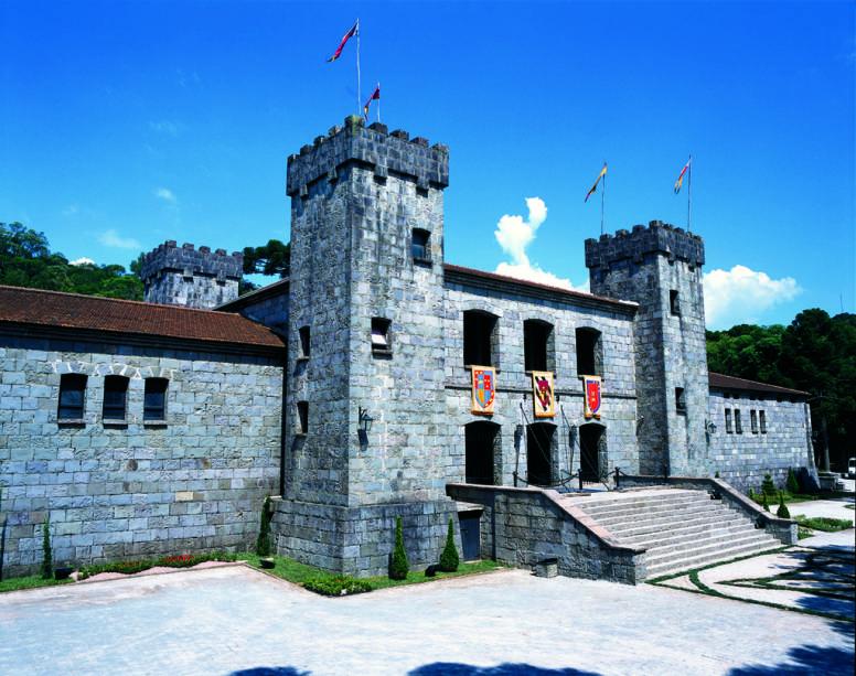 No castelo medieval Château Lacave, funcionários em trajes históricos aprendem sobre o processo de vinificação