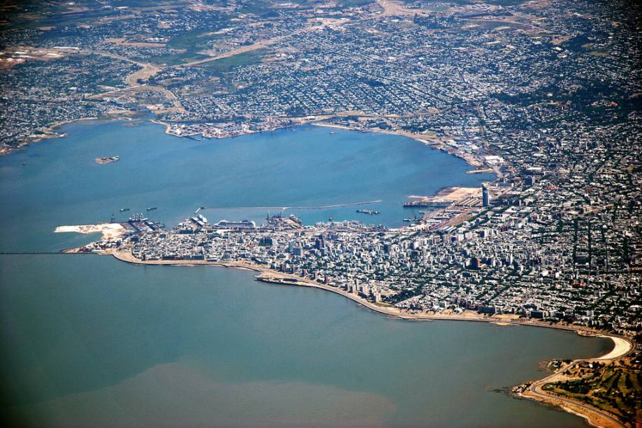 Vista aérea de Montevidéu às margens do Rio da Prata