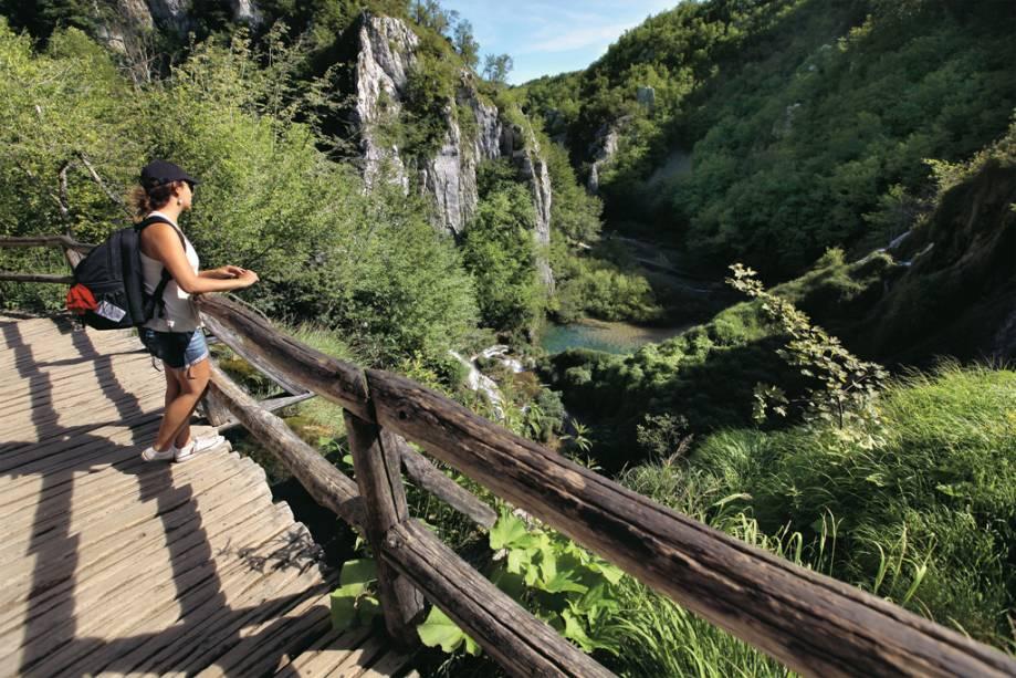 Jornalista examina artigos no Parque Nacional de Plitvice, Croácia