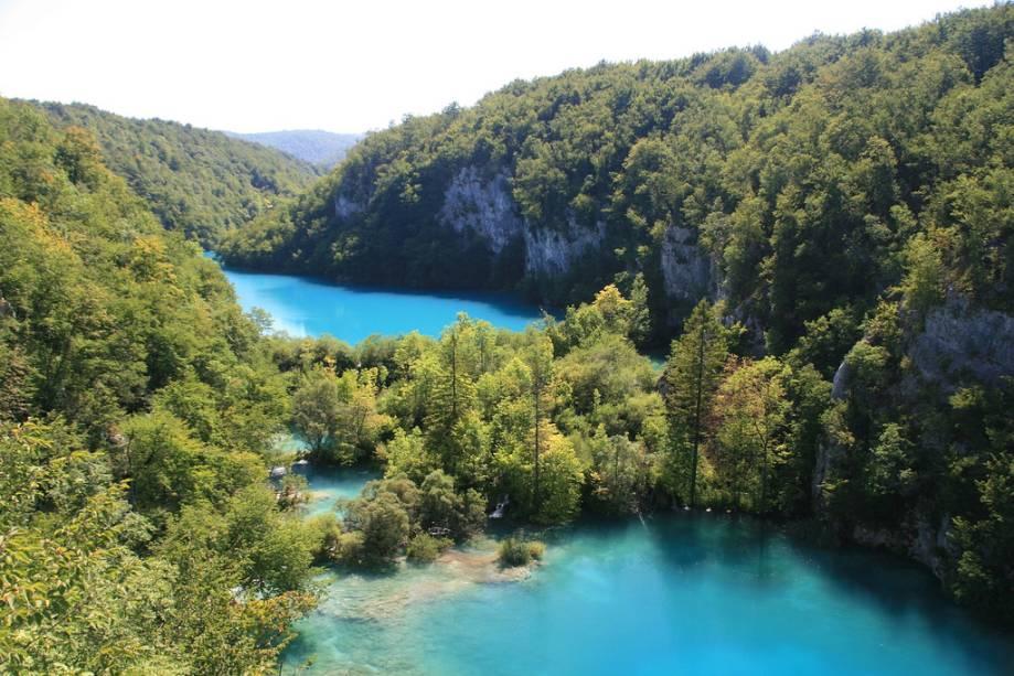 O belo parque consiste em lagos e cachoeiras cor de turmalina que impressionam os visitantes