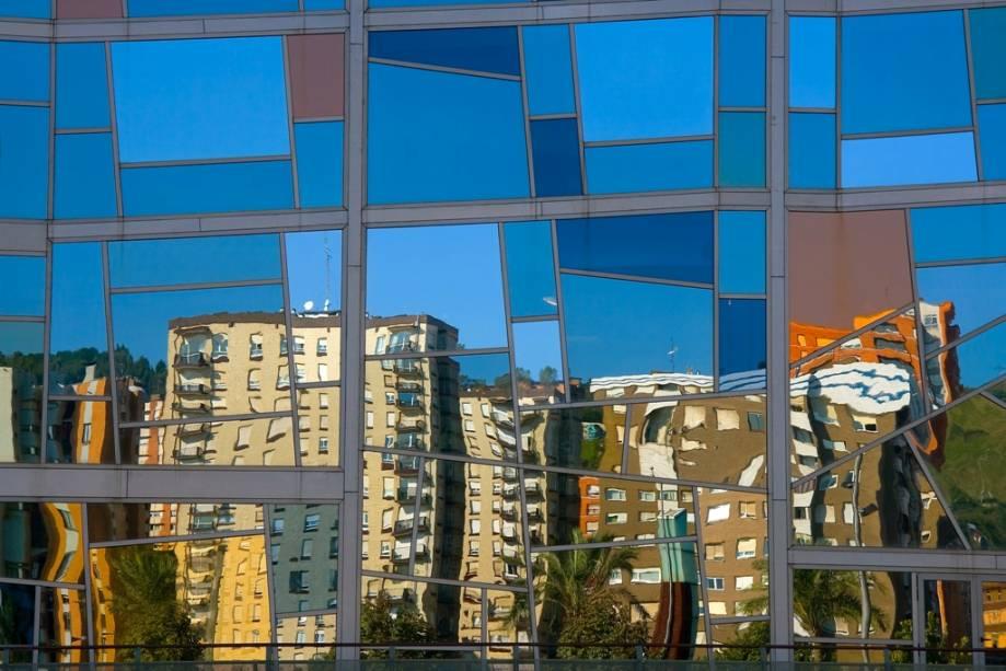 Bilbao reúne hoje uma infinidade de edifícios de linhas vanguardistas e reúne nomes como Frank Gehry e Santiago Calatrava.  Os edifícios modernos de hoje são a cara de uma cidade que exala modernidade e juventude