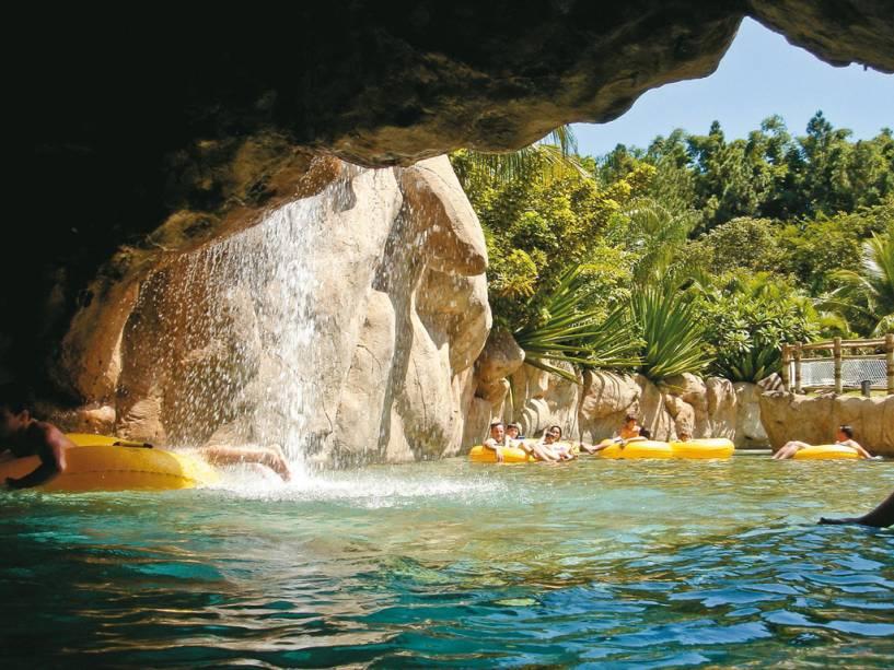 Travessia de bóia na piscina do Hot Park, no complexo Rio Quente Resorts, em Rio Quente, Goiás