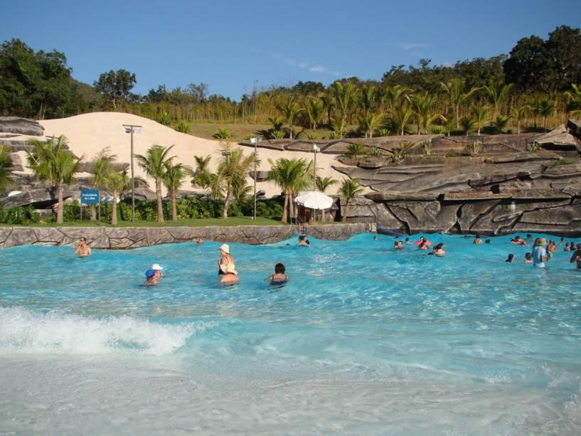 A principal atração do Rio Quente está centrada no complexo turístico do Hot Park do complexo turístico Rio Quente Resorts.  Na foto Praia do Cerrado com areia branca e água termal a 37 ° C.