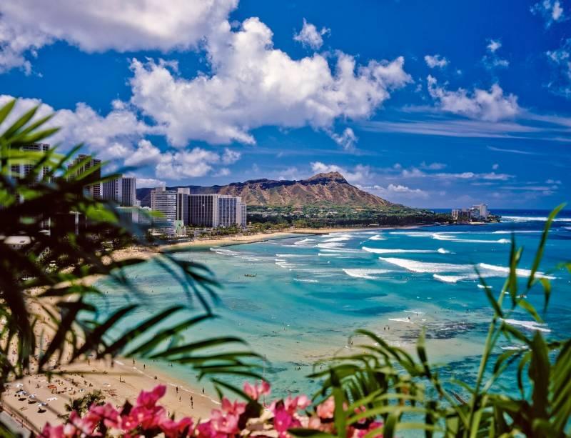 """Waikiki é uma das atrações mais badaladas de""""http://viajeaqui.abril.com.br/cidades/estados-unidos-honolulu"""" rel =""""Honolulu"""" Objetivo =""""_ele mesmo""""> Honolulu, Havaí.  No meio das praias urbanizadas estão enormes arranha-céus, ruas repletas de butiques de estilistas, shoppings, bons restaurantes e hotéis de luxo.  Na foto você pode ver o extinto vulcão Diamond Head ao fundo"""" class=""""lazyload"""" data-pin-nopin=""""true""""/></div> <p class="""