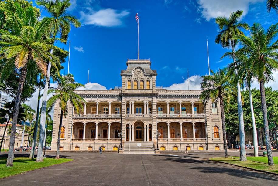 A fachada do Palácio Iolani no centro histórico de Honolulu;  Para quem quer saber mais sobre a cultura e a sociedade do arquipélago, uma visita aos locais é obrigatória