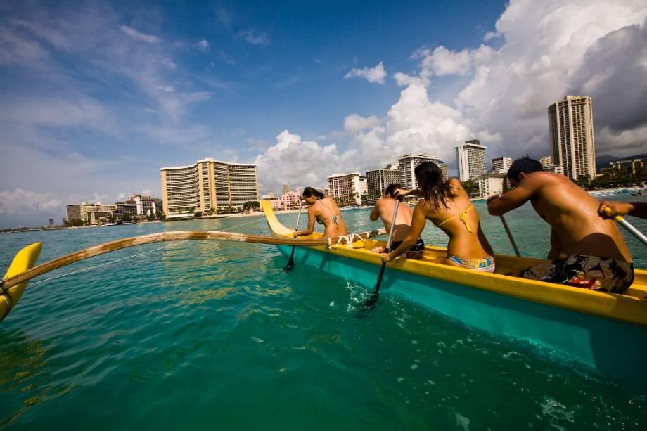 As praias e hotéis de Waikiki Beach são mundialmente famosos e uma das atrações mais procuradas de Honolulu.  Na foto, o clássico teste de canoa havaiana