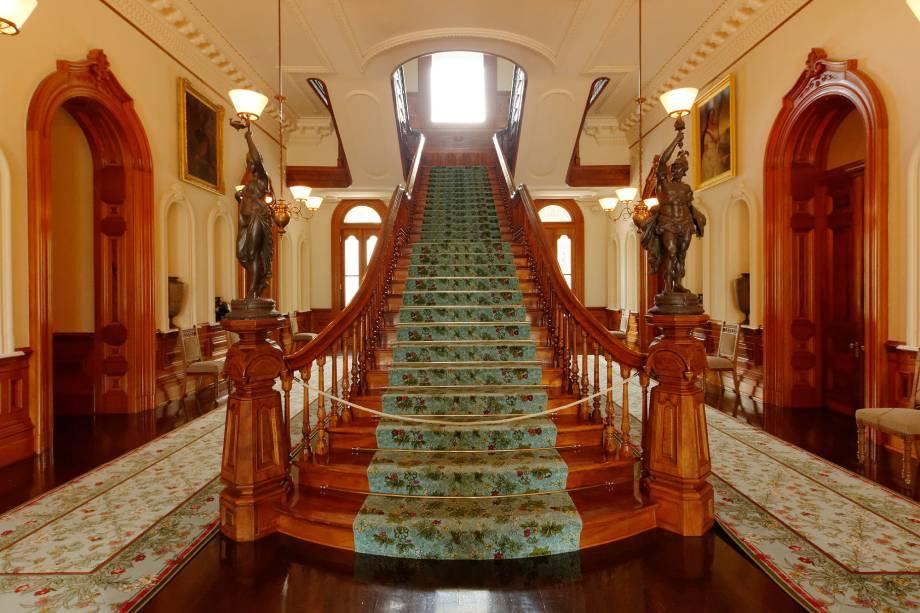O interior do Palazzo Iolani é ricamente decorado;  Este é o lugar onde a família real havaiana vivia quando o regime do arquipélago era uma monarquia.  Hoje o palácio é um museu dedicado a esta história