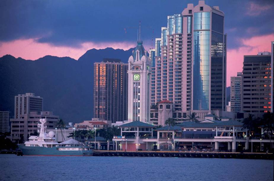 O Aloha Tower Market, no centro de Honolulu, oferece vistas incríveis da cidade, especialmente ao pôr do sol