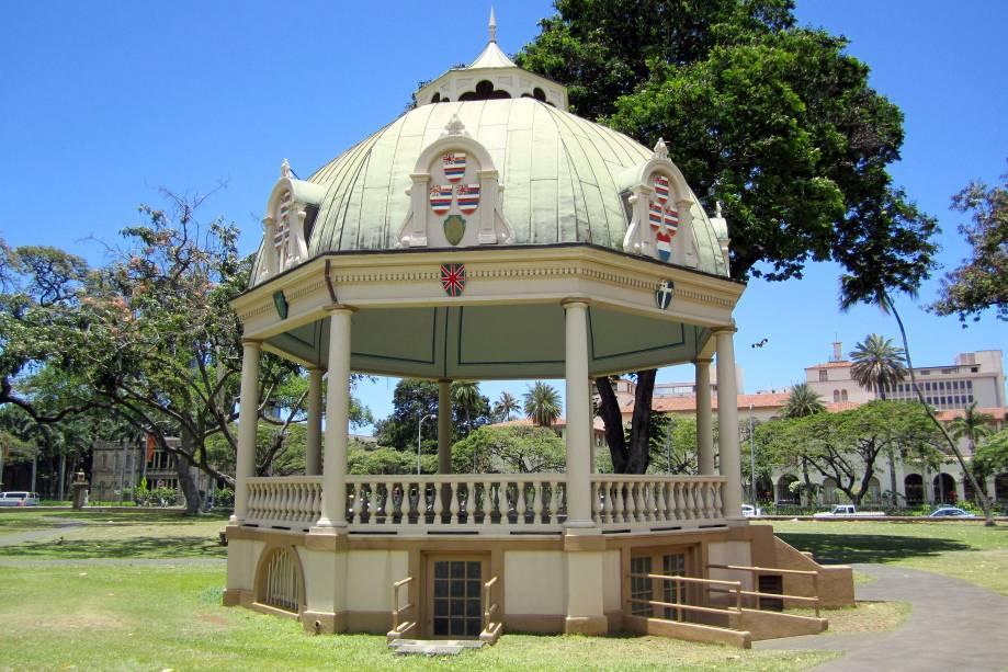 No jardim do Palácio Iolani fica o palco da orquestra, construído especificamente em 1883 para a coroação do Rei Kalākaua e da Rainha Kapiolani.  Hoje, apresentações musicais são realizadas aqui esporadicamente