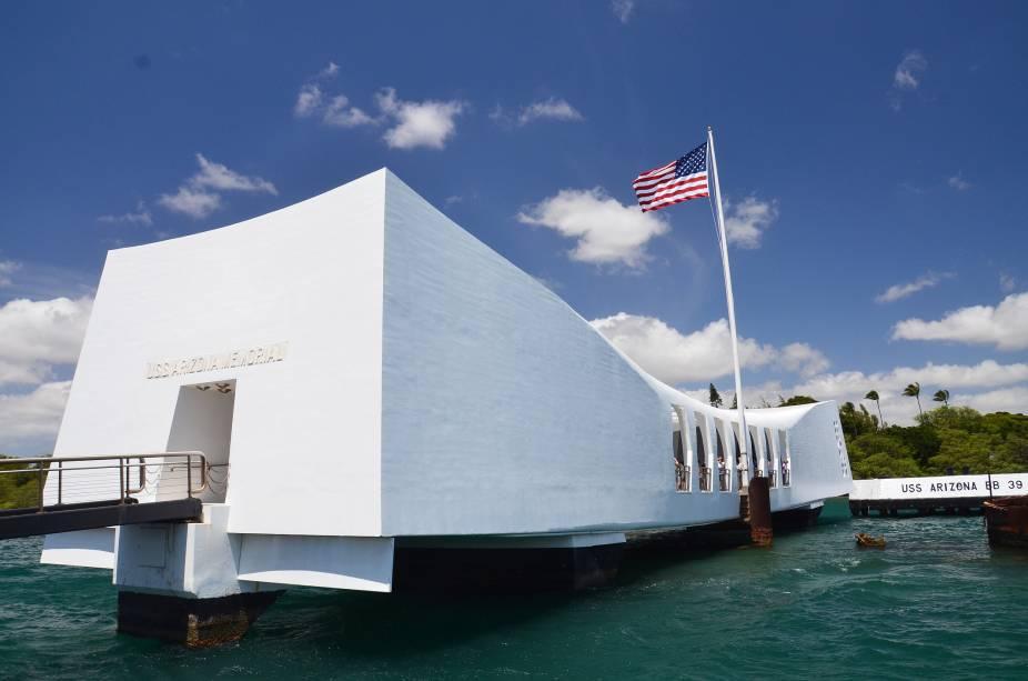 A oeste da cidade de Honolulu está o Arizona Memorial, que comemora a história da Base Naval de Pearl Harbor, que foi atacada pelos japoneses em 1941.