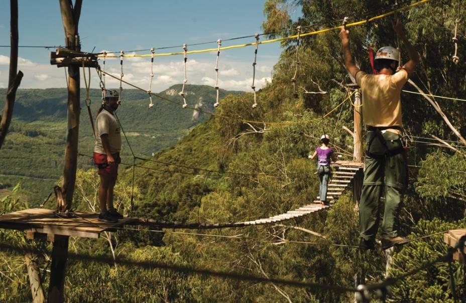 """OU""""http://viajeaqui.abril.com.br/estabelecimentos/br-rs-canela-atracao-alpen-park"""" rel =""""Parque alpino"""" Objetivo =""""_vazio""""> O Parque Alpen oferece arvorismo, tirolesa, escalada e passeios de trenó puxado por cavalos"""" class=""""lazyload"""" data-pin-nopin=""""true""""/></div> <p class="""