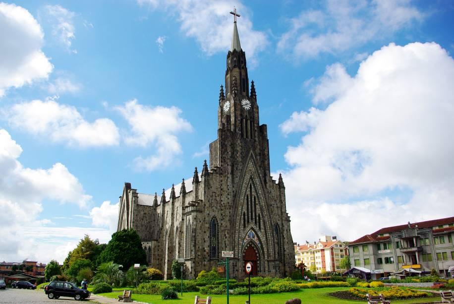 A Igreja Matriz de Nossa Senhora de Lourdes em Canela foi construída no estilo gótico inglês e possui uma torre de 65 metros de altura e um carrilhão de doze sinos.