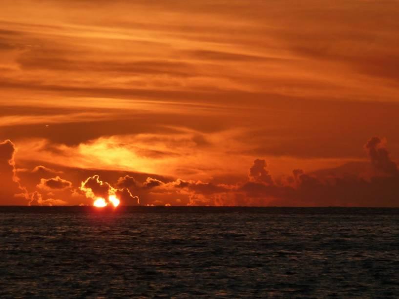 Pôr do sol sobre as águas do Pacífico Sul