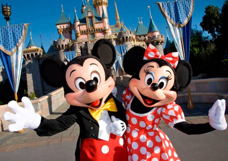 Mickey e Minnie lhe dão as boas-vindas à Disneylândia em Anaheim, perto de Los Angeles