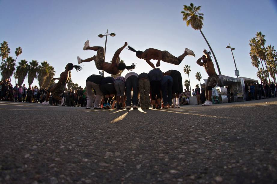 Venice Beach está sempre cheia de skatistas, skatistas, artistas de rua, artistas ou pessoas que estão ali apenas para se divertir.